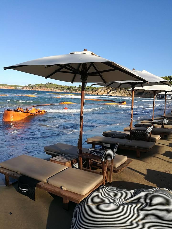 Ο αέρας παρέσυρε το πλωτό φράγμα που είχε στηθεί σε παραλία της Γλυφάδας