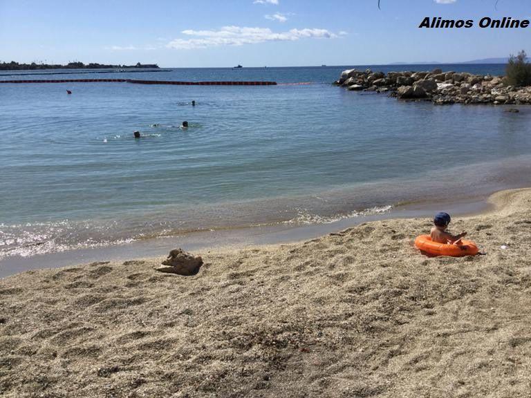O ΣΚΑΙ τώρα στην παραλία Αλίμου – και γονείς έχουν το μωρό τους πάνω στην πίσσα