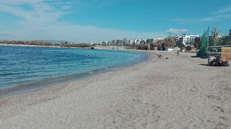 Αφαιρέθηκαν τα πλωτά φράγματα από τις παραλίες του Αλίμου