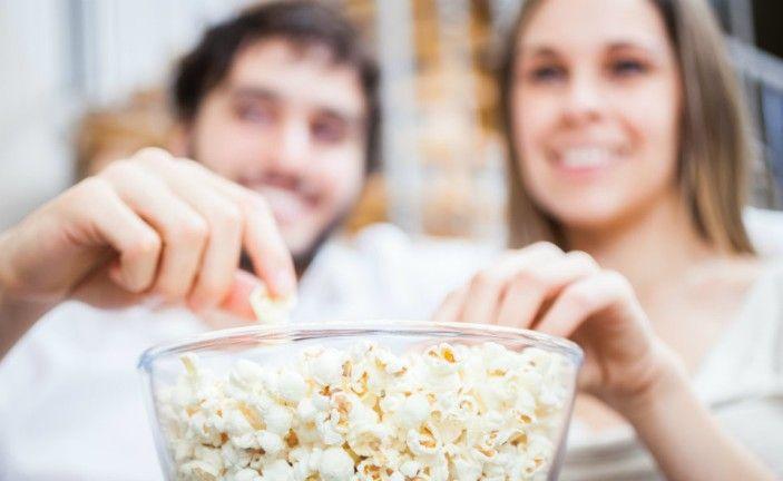 Η πολλή τηλεόραση μας κάνει να τρώμε 500 έξτρα σνακ το χρόνο