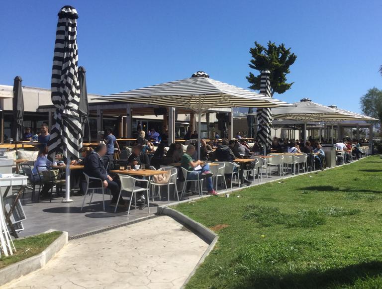 Η άνοιξη ήρθε και οι καφετέριες της παραλίες γεμίζουν ασφυκτικά