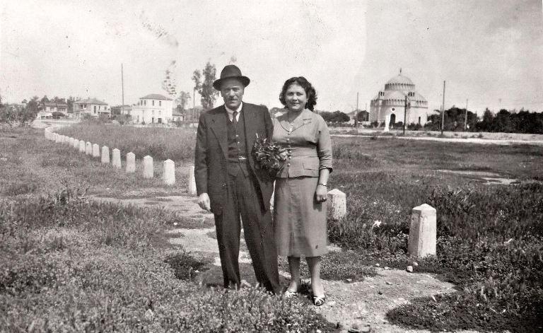Ζευγάρι φωτογραφίζεται μπροστά από τον Αγ. Κωνσταντίνο στη Γλυφάδα