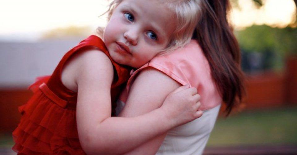 4 λόγοι να μην αναγκάζεις το παιδί σου να αγκαλιάζει κάποιον