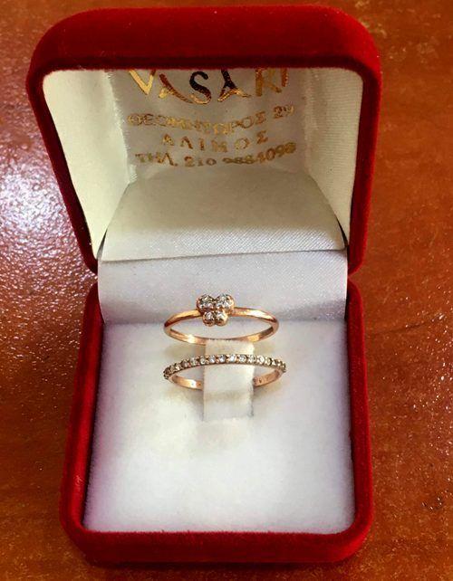 H νικήτρια του διαγωνισμού για το διπλό χρυσό δαχτυλίδι από το κοσμηματοπωλείο «Vasari»