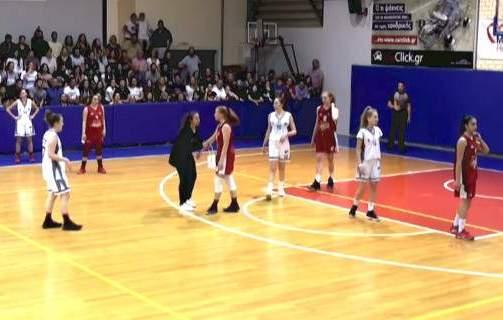 Ελληνίδα μάνα: Μητέρα εισβάλλει σε αγώνα μπάσκετ στα Νότια και τα βάζει με αθλήτρια που έκανε φάουλ