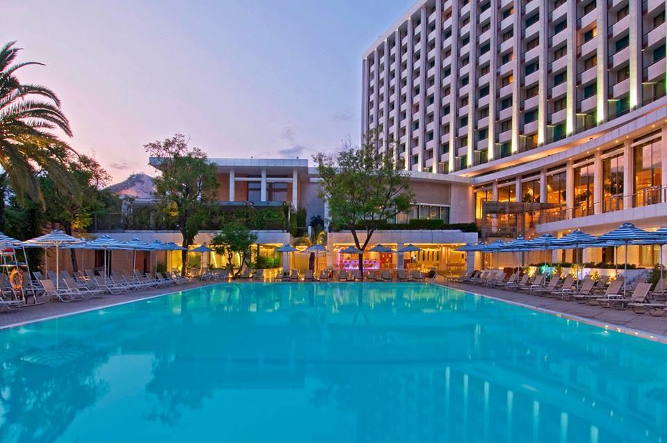 Έως τέλος Αυγούστου τα βραδινά μπάνια στην πισίνα του Hilton