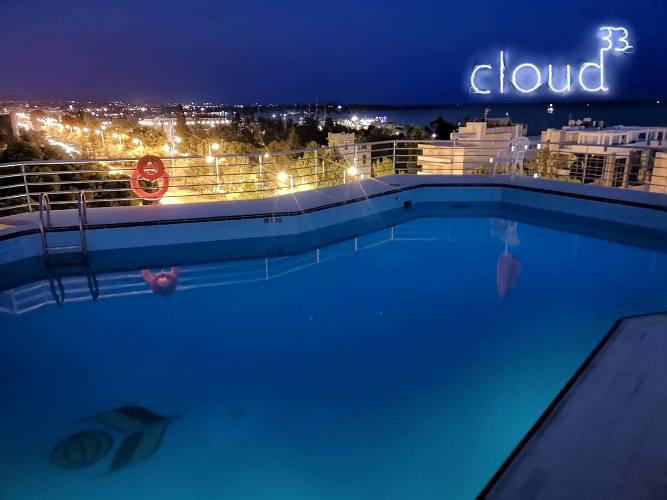 Νυχτερινό μπάνιο στην πισίνα του ξενοδοχείου Cloud 33 στη Γλυφάδα
