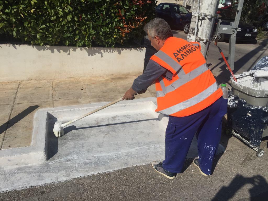 Aσβέστωμα στις εσοχές των κάδων απορριμμάτων στους δρόμους του Αλιμου