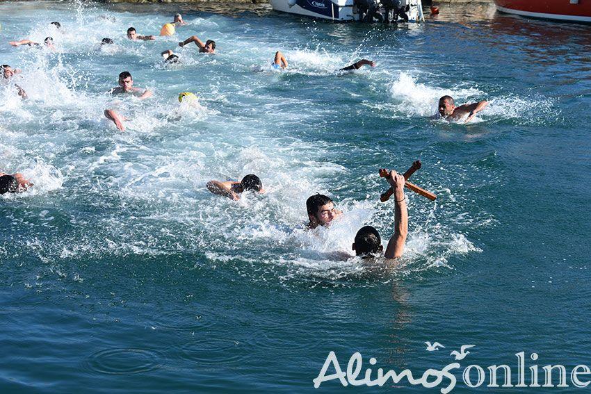 Είκοσι δύο άνδρες και δύο κορίτσια βούτηξαν στα παγωμένα νερά της Μαρίνας Αλίμου