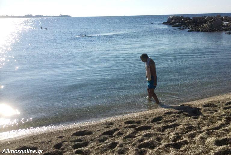 Μερικοί ατρόμητοι Αλιμιώτες έκαναν σήμερα το μπάνιο τους στην παραλία
