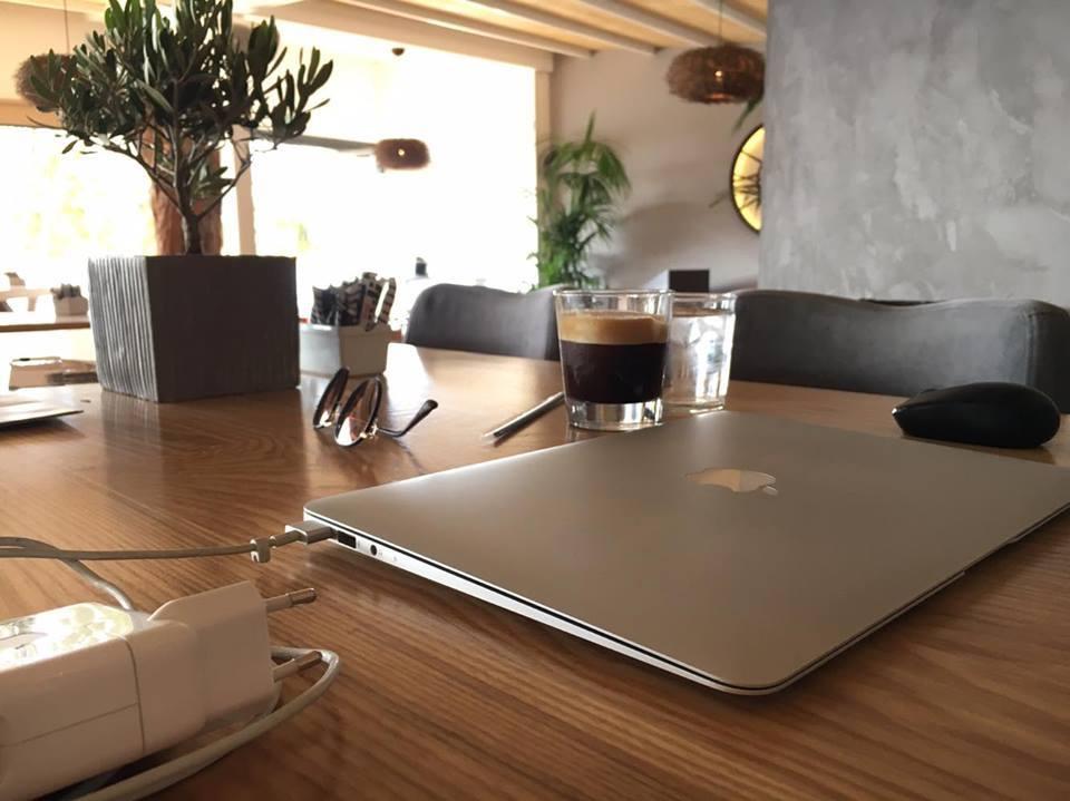 Τι θα έλεγες για ένα καφεδάκι με φόντο τη «θυμωμένη» θάλασσα