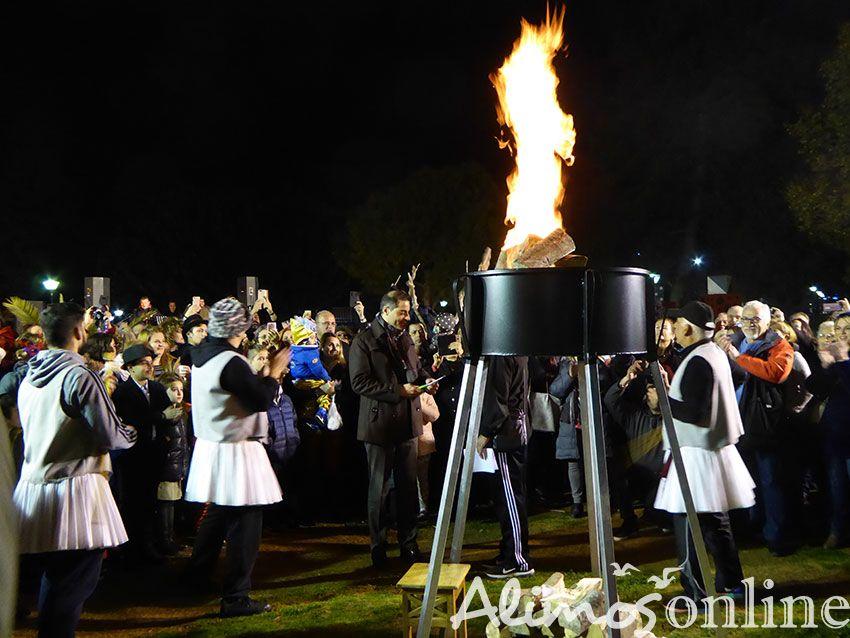 Ξεφάντωσαν απόψε οι Αλιμιώτες με το «Εθίμο των Φανών» στην Πλ. Καραϊσκάκη