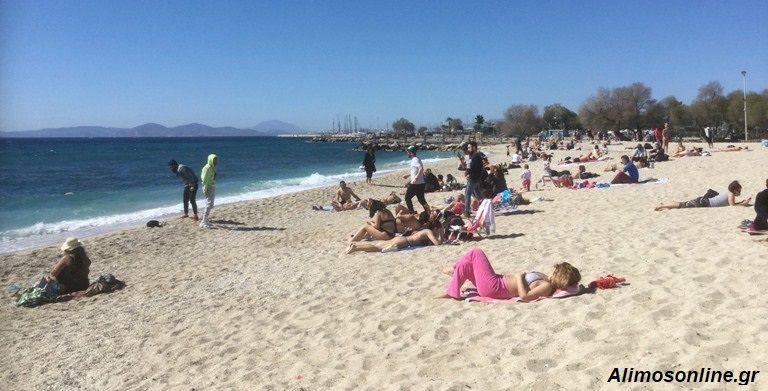 Μετά την παρέλαση, οι Αλιμιώτες και οι Αλιμιώτισσες κατέβηκαν στην παραλία
