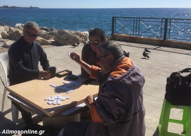 Ντόμινο και συζήτηση στην παραλία Αλίμου