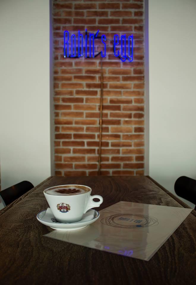 Οι λόγοι που λατρεύουμε να πίνουμε τον καφέ μας στο «Robin's Egg» της Λεωφόρου Καλαμακίου