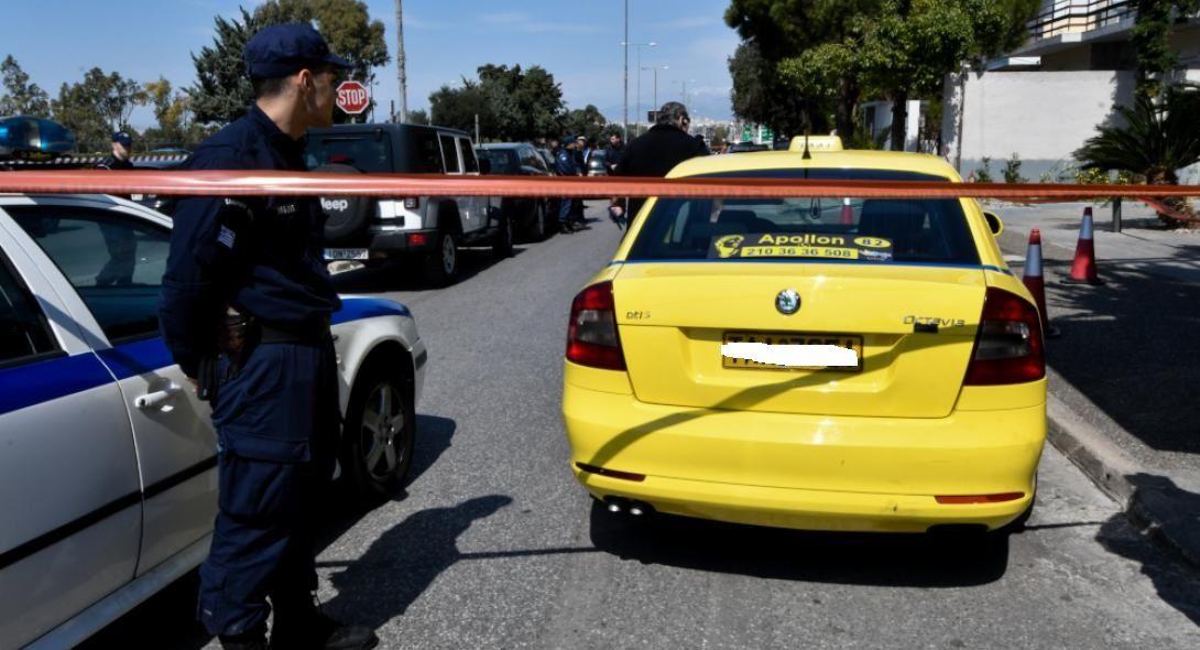 «Μέσα στα αίματα είναι το αυτοκίνητο μέσα- έξω»: Σάλος με τον ταξιτζή που έβγαλε έξω την αιμόφυρτη γυναίκα στο Ελληνικό