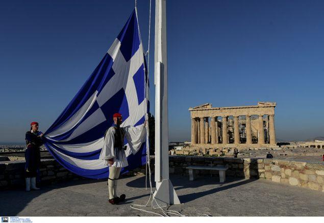 Η έπαρση της σημαίας από άγημα της Προεδρικής Φρουράς στην Ακρόπολη