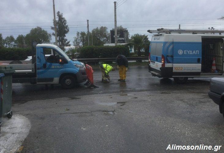 Η βροχή έφερε ξανά συνεργείο της ΕΥΔΑΠ στη Λ.Ποσειδώνος