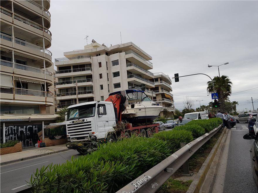 Tροχαίο στην παραλιακή: Φορτηγό συγκρούστηκε με τρία Ι.Χ.