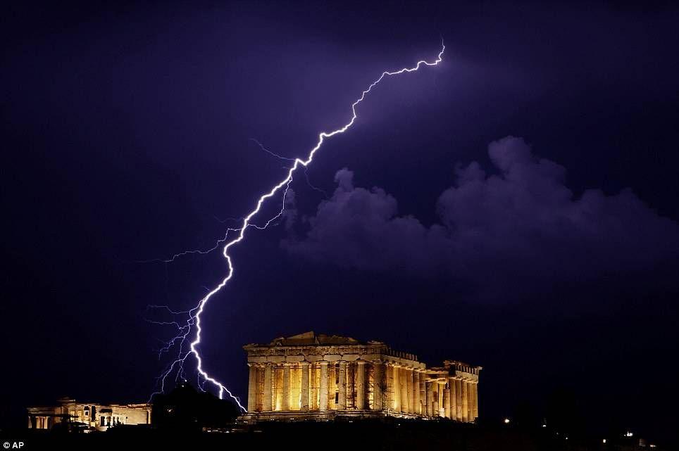 Έπεσε κεραυνός στην Ακρόπολη – 4 τραυματίες