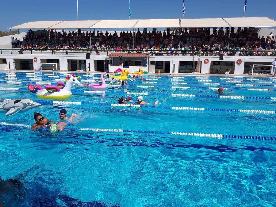 Το Κολυμβητήριο Αλίμου γέμισε χθες μικρά «δελφινάκια»