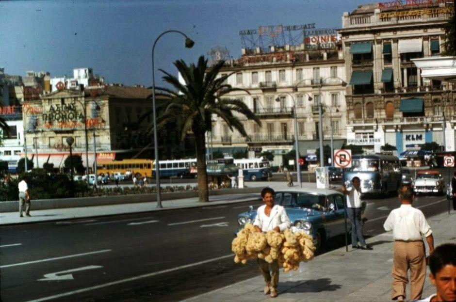 Θυμάσαι τότε που στους δρόμους της Αθήνας κυκλοφορούσαν πωλητές σφουγγαριών;
