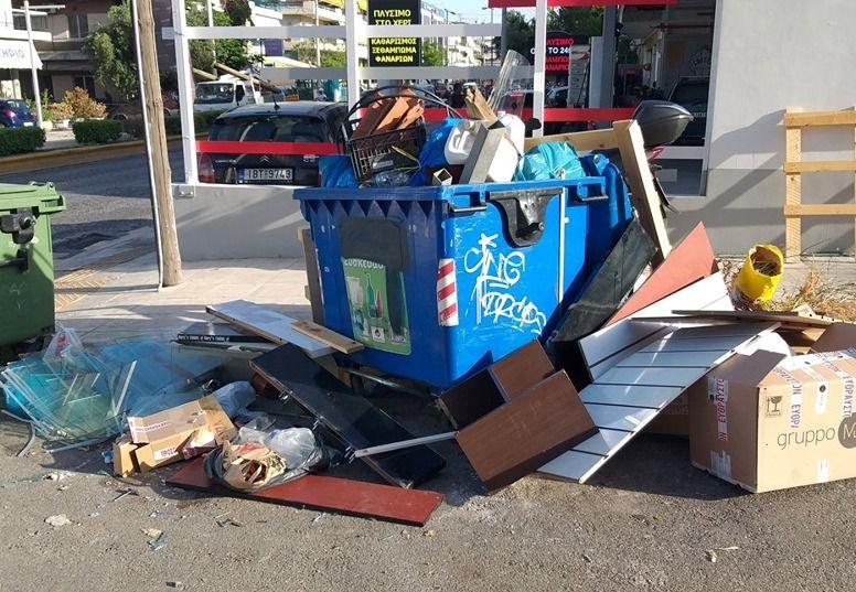Ελληνικό – Αργυρούπολη: Πρόστιμο σε κάτοικο που έριξε μπάζα και έπιπλα σε κάδο ανακύκλωσης