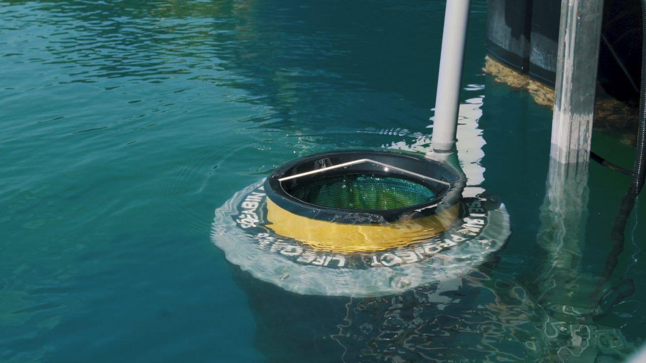 Seabin: Η συσκευή που συλλέγει τα πλαστικά απορρίμματα από τις Μαρίνες, τοποθετήθηκε στη Μαρίνα Φλοίσβου