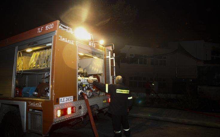 Στις φλόγες ΙΧ σε πιλοτή πολυκατοικίας στη Γλυφάδα