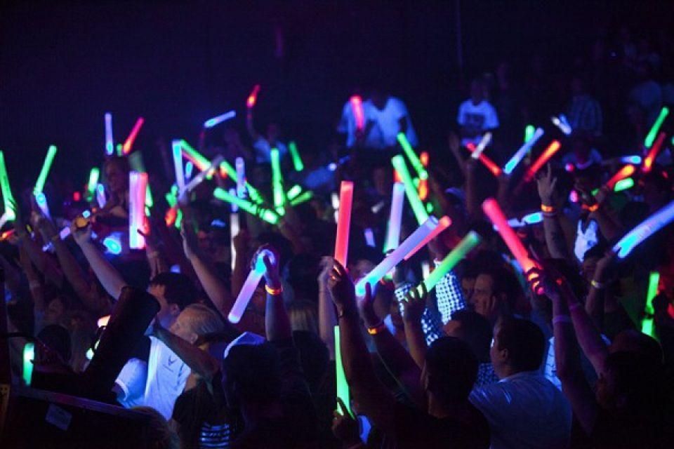 To bar «Εκεί» παίρνει τα glow stick και «κατεβαίνει» για μία ημέρα στον Άλιμο