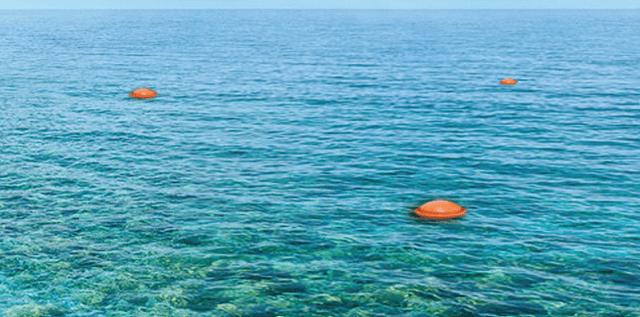 Άλιμος: Τοποθετήθηκαν πλωτήρες για την ολιγόλεπτη ανάπαυση των λουόμενων μέσα στη θάλασσα