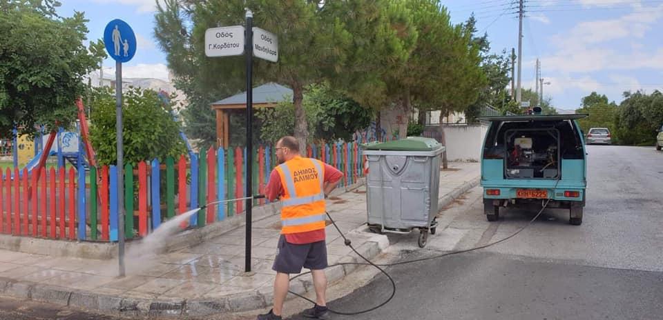 Καθαρίζονται όλες οι πινακίδες του Δήμου Αλίμου