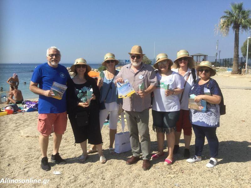 Χάρτινα τασάκια μοιράστηκαν σήμερα στους λουόμενους στο πλαίσιο της δράσης «Καθαρές Παραλίες Χωρίς Αποτσίγαρα»