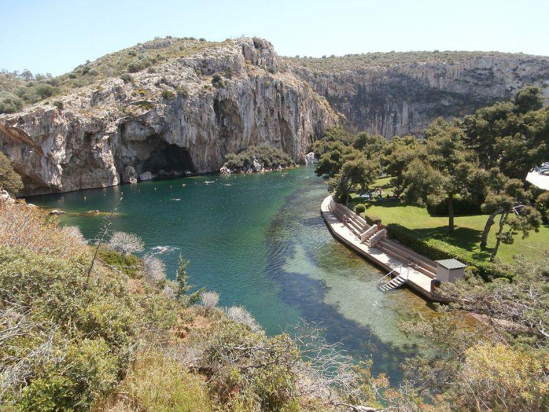 O μύθος της νεράϊδας που παγιδεύει νεαρούς άντρες στα νερά της Λίμνης της Βουλιαγμένης