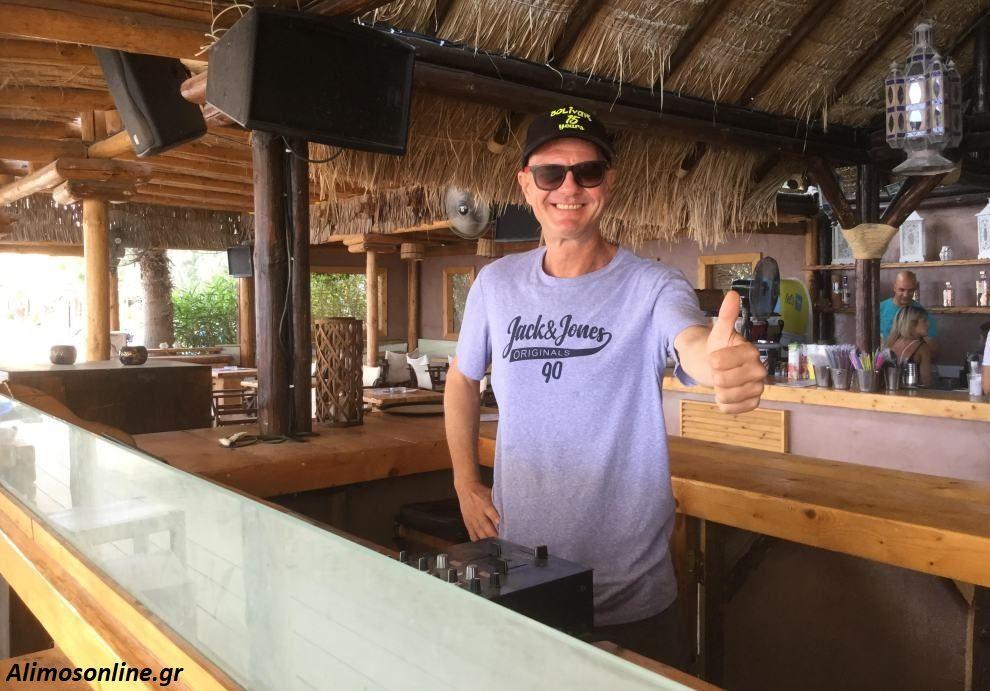 James: Πώς ένας Αμερικανός D.J. βρέθηκε να παίζει μουσική στο Macaw Βeach Bar του Αλίμου