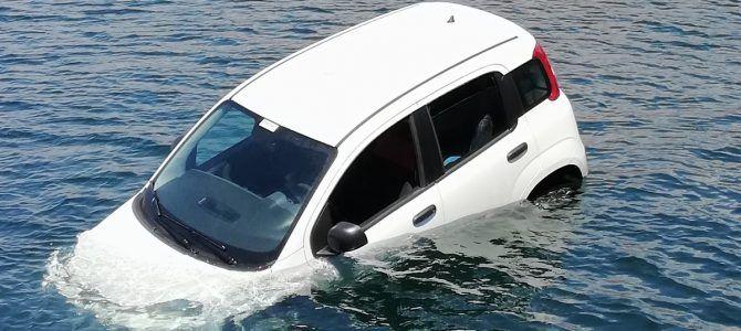 Άγιος Κοσμάς: Έπεσε αυτοκίνητο στη θάλασσα