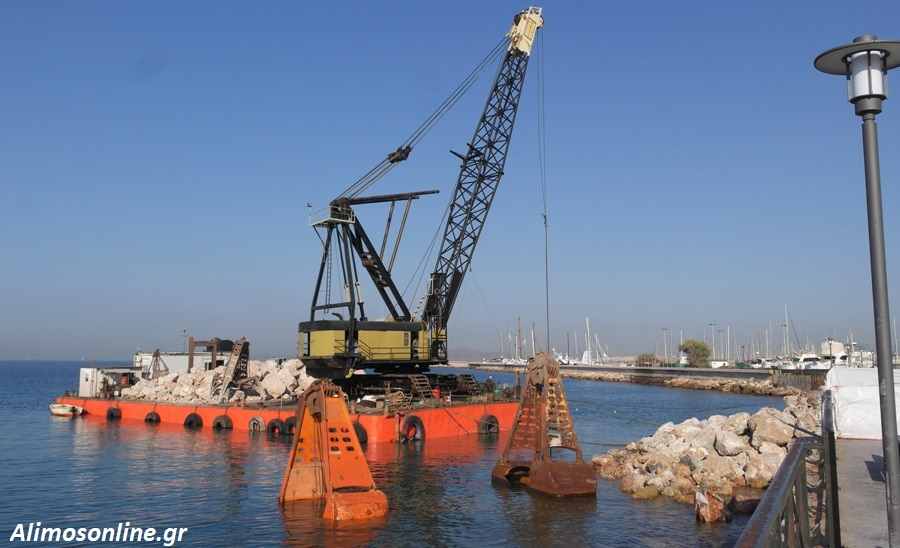 Επέστρεψε χθες ο πλωτός γερανός για τις εργασίες αποκατάστασης της «τρύπας» στην παραλία Αλίμου