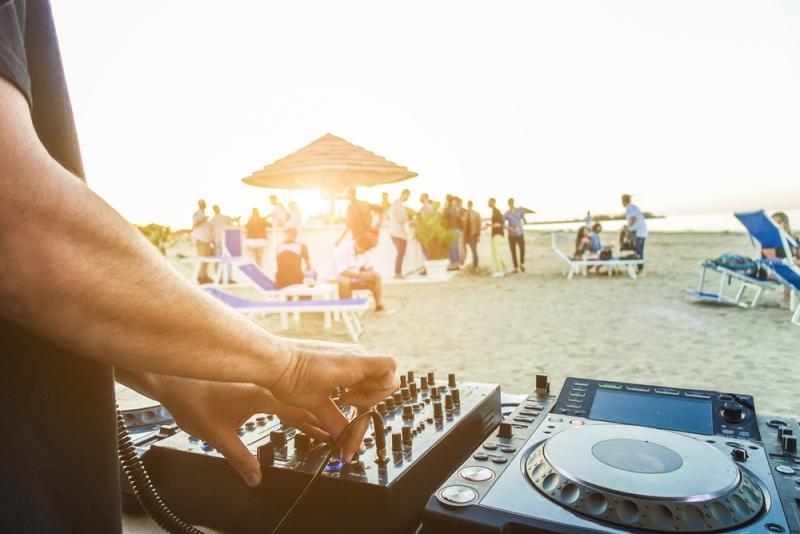 4 παραγωγοί του Alimos Web Radio διοργανώνουν beach party