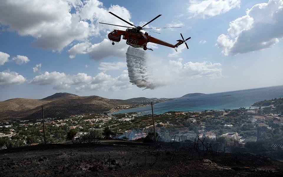 Σε ύφεση η φωτιά στο Λαγονήσι – Οι φλόγες 'φλέρταραν' με τις αυλές των σπιτιών