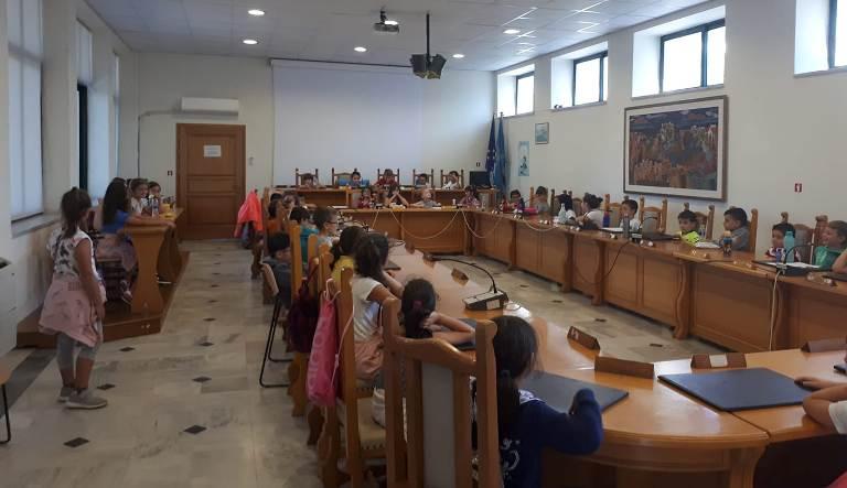 Τα Αλιμιωτάκια επισκέφτηκαν σήμερα την αίθουσα του Δημοτικού Συμβουλίου