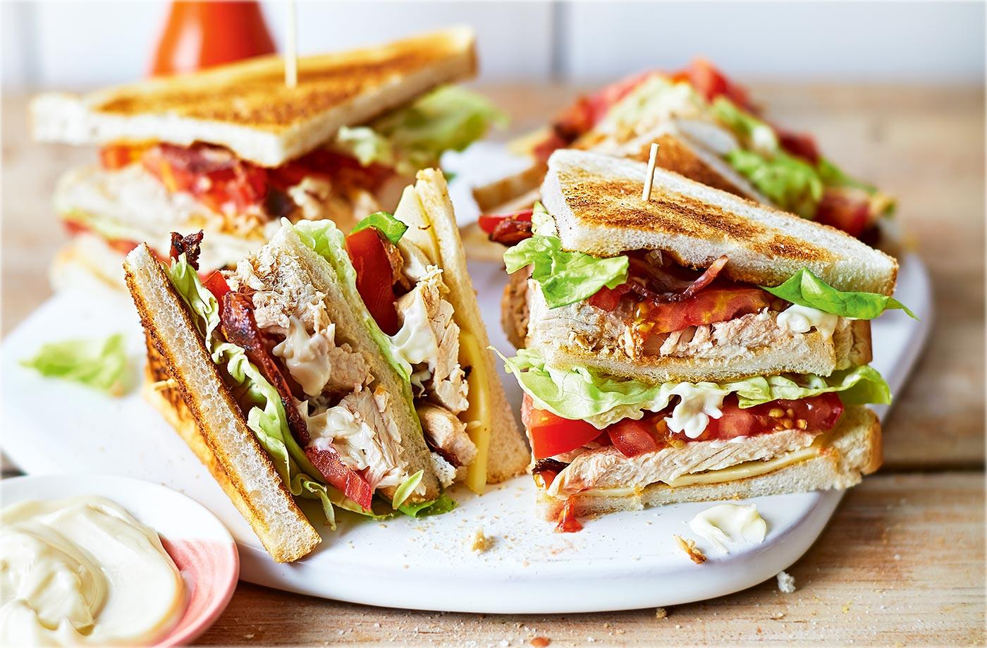 Αυτή η προσφορά του Piri Piri για τα 2 Γίγας Club Sandwich είναι ό,τι πρέπει για τα βράδια με την παρέα