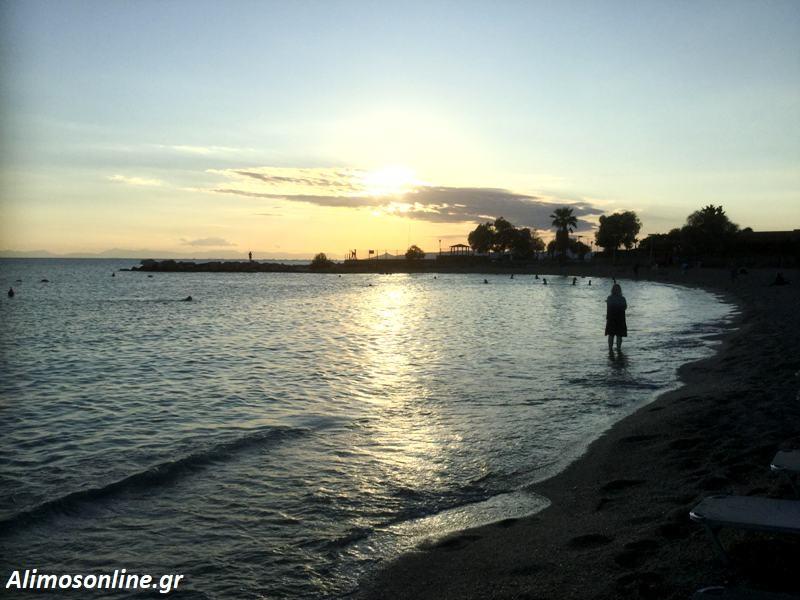 Τα βραδινά μπάνια στην παραλία Αλίμου είναι τα καλύτερα