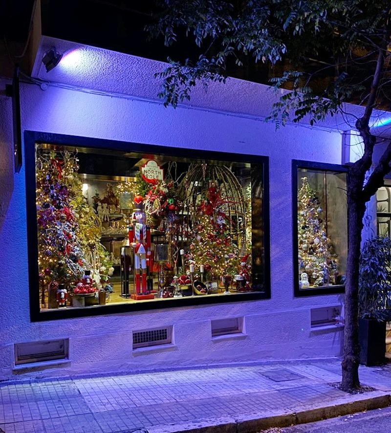 Η πρώτη χριστουγεννιάτικη βιτρίνα της Αθήνας ετοιμάστηκε