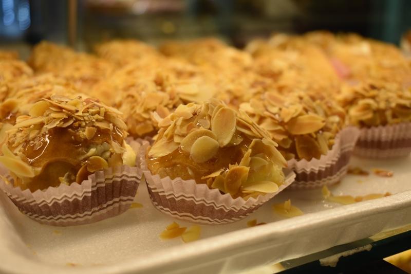 Μιλφέιγ με καραμέλα, κορνέ, σουδάκια, κι άλλες γευστικές λιχουδιές του «Άκουρου»