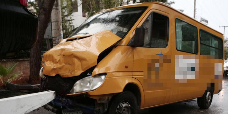 Τροχαίο με σχολικό στη Βούλα: Δύο παιδιά παραμένουν στο νοσοκομείο