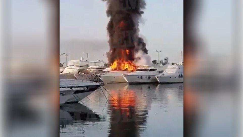 Μεγάλη φωτιά στη Μαρίνα Γλυφάδας: Δύο θαλαμηγοί τυλίχτηκαν στις φλόγες