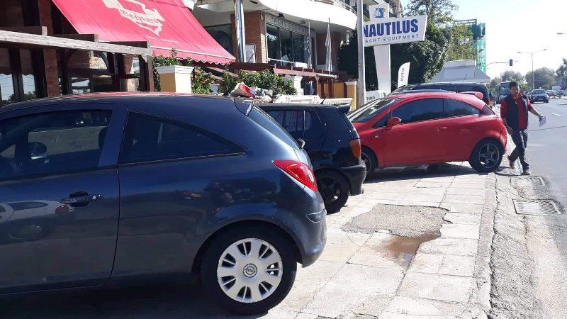 Ο πεζός στη λεωφόρο, τα αυτοκίνητα στο πεζοδρόμιο
