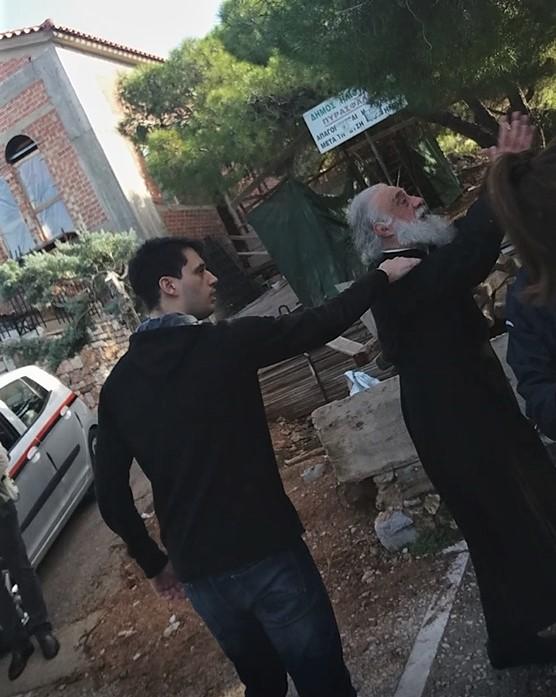 Ηλιούπολη: Το παρασκήνιο από το απίστευτο περιστατικό όπου ο ιερέας εκκλησίας επιτέθηκε στον Δήμαρχο