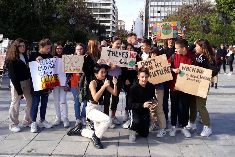 Μαθητές και μαθήτριες από το 2ο Γυμνάσιο Αλίμου διαδήλωσαν για την κλιματική αλλαγή