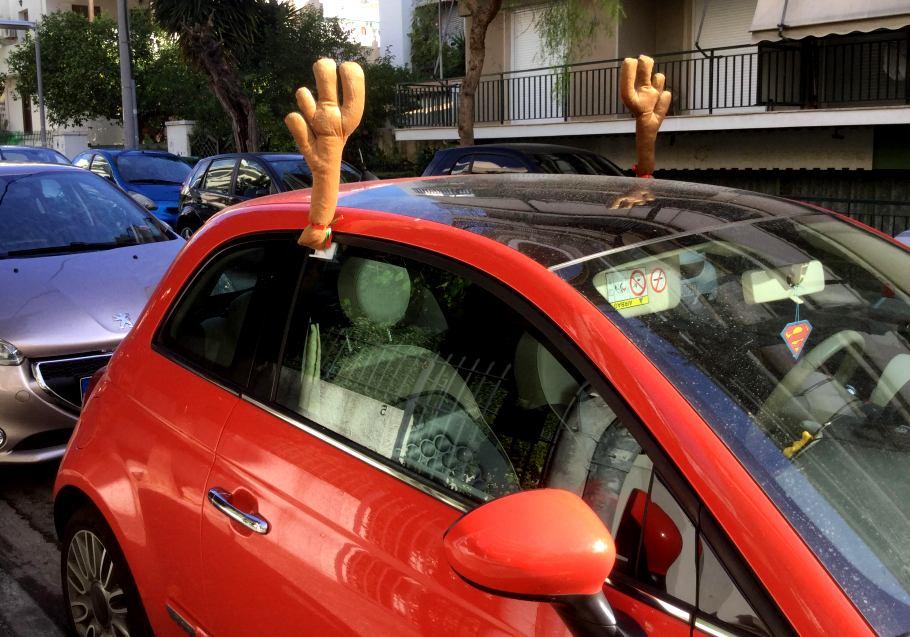 Κάποιος έχει ενθουσιαστεί πολύ με την ιδέα των Χριστουγέννων
